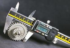 Mätningsparametrar av kugghjul, detaljer vid digital mikrometer Arkivfoton