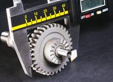 Mätningsparametrar av kugghjul, detaljer vid digital mikrometer Royaltyfri Fotografi