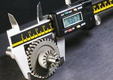 Mätningsparametrar av kugghjul, detaljer vid digital mikrometer Fotografering för Bildbyråer