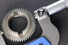 Mätningsparametrar av kugghjul, detaljer vid digital mikrometer Royaltyfria Bilder