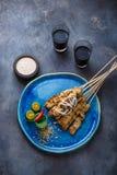 Mättar fega steknålar för indones med jordnötsås och sallad, den bästa sikten, copyspace royaltyfri foto