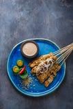 Mättar fega steknålar för indones med jordnötsås och sallad, den bästa sikten, copyspace royaltyfri fotografi