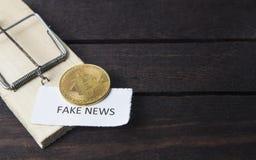 Mäusefalle, bitcoin und das Wort: gefälschte Nachrichten stockfotografie