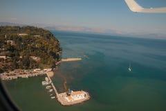 Mäuseinsel und das Vlacherna-Kloster, Pontikonisi-Insel, Korfu, Griechenland Europa-Ferien Ansicht von der Fläche lizenzfreie stockfotografie