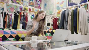 Młoda ładna kobieta robi wideo przekładowi używać jej laptop zbiory wideo