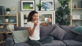 Młoda amerykanin afrykańskiego pochodzenia dama dzwoni przyjaciół opowiada ona i pokazuje na skype robi onlinemu wideo wezwaniu z zdjęcie wideo