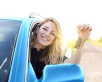Młoda atrakcyjna szczęśliwa kobieta pokazuje klucze od nowego samochodu zdjęcia stock