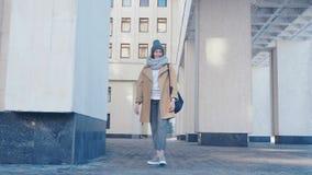 Młoda atrakcyjna uśmiechnięta kobieta w eleganckim stroju plenerowym przy miasta tłem zbiory wideo