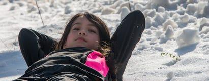 Młoda Azjatycka dziewczyna kłaść śnieg zdjęcie stock