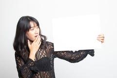 Młoda Azjatycka kobiety niespodzianka z białym puste miejsce znakiem obrazy royalty free