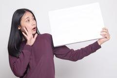 Młoda Azjatycka kobiety niespodzianka z białym puste miejsce znakiem obraz royalty free