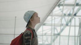 Młoda backpacker sprawdza lota informacja na cyfrowym rozkładu pokazie zbiory wideo
