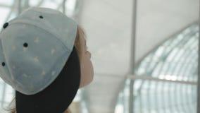Młoda backpacker sprawdza lota informacja na cyfrowym rozkładu pokazie zdjęcie wideo