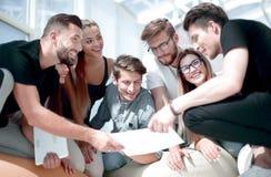 Młoda biznes drużyna dyskutuje pieniężnego plan nowy projekt obrazy stock