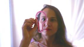 Młoda brunetki kobieta rysuje oświetleniową żarówkę na szklanej ścianie Biznes, edukacja i ludzie pojęć, 3840x2160, 4K zbiory