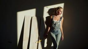 Młoda dziewczyna pracownik przy budową w jej mieszkanie laminata podłogi miarze zbiory