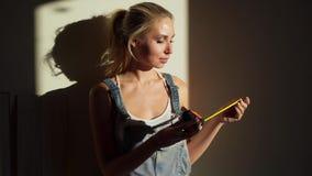 Młoda dziewczyna pracownik przy budową w jej mieszkanie laminata podłogi miarze zbiory wideo