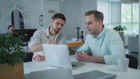 Młoda fachowa biznes drużyna pracuje w nowożytnej i lekkiej powierzchni biurowej fotografia stock