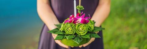 Młoda kobieta świętuje Loy Krathong, Biega na wodzie Loy Krathong festiwal, ludzie kupuje kwiaty i świeczkę zaświecać zdjęcia royalty free