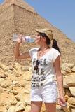 Młoda kobieta blisko ostrosłupa Khafre obraz royalty free