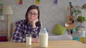 Młoda kobieta i powodować doić karmowe alergie i laktozę zbiory