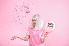 Młoda kobieta lub dziewczyna z balonu wszystkiego najlepszego z okazji urodzin Rzuca confetti z góry Wakacje i przyjęcia pojęcie obrazy stock