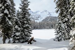 Młoda kobieta ma zabawę wokoło Wyspa jeziora w Fernie, kolumbia brytyjska, Kanada Majestatyczny zimy tło jest cudowny fotografia royalty free