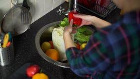 Młoda Kobieta Myje Świeżych warzywa i owoc zdjęcie wideo