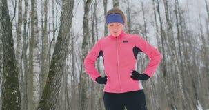 Młoda kobieta na ranku jog w zima lesie był zmęczona i zatkana łapać jego oddech Odzyskiwał jego siłę zdjęcie wideo