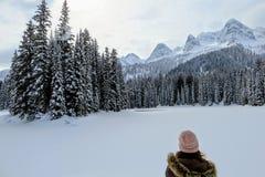 Młoda kobieta podziwia śnieżnych widoki Wyspa jezioro w Fernie, kolumbia brytyjska, Kanada zdjęcie stock