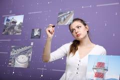 Młoda kobieta pracuje z wirtualnym interfejsem Technolog obraz stock