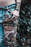 Młoda kobieta w upiększonej niebiescy dżinsy boho stylu ręce w kieszeniowej lato modzie obrazy stock