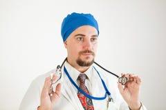 Młoda lekarka trzyma stetoskop w jego spojrzeniach przed on i rękach obrazy stock