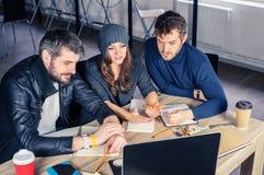 Młoda mądrze drużyna na spotkaniu w biurze obrazy royalty free