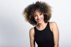 Młoda murzynka z afro fryzury ono uśmiecha się zdjęcie royalty free