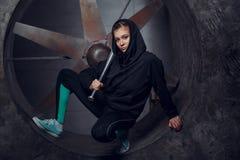 Młoda osoba z metalu nietoperzem przeciw tłu śmigło zdjęcie royalty free