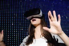 Młoda Piękna kobieta Używa VR bawić się słuchawek szkła dla rzeczywistości wirtualnej pojęcia zdjęcia royalty free