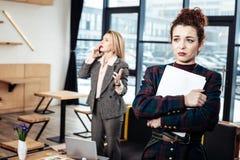 Młoda sekretarka opuszcza surowego żeńskiego szefa prawie płacze obrazy royalty free