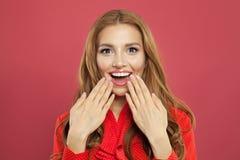 Młoda szczęśliwa zdziwiona kobieta z rozpieczętowanym usta Rozochocona dziewczyna na jaskrawym różowym tle zdjęcie royalty free