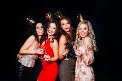 Młode atrakcyjne kobiety świętuje przyjęcia, pijący szampana i tana zdjęcie stock
