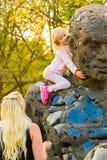 Młode rodziny przy parkowym pinkinem fotografia royalty free