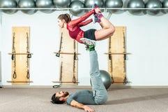 Młodego pięknego sprawności fizycznej pary treningu krańcowy akrobatyczny ćwiczenie jako przygotowanie dla turniejowej, selekcyjn obrazy stock