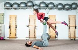 Młodego pięknego sprawności fizycznej pary treningu krańcowy akrobatyczny ćwiczenie jako przygotowanie dla turniejowej, selekcyjn zdjęcie royalty free