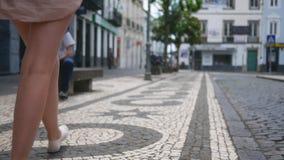 Młodej dziewczyny zabawa chodzi przez starego Europejskiego miasta widok nogi popiera kogoś zbiory