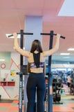 Młodej kobiety szkolenie w gym Ciągnąć w gravitrone obrazy royalty free