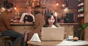 Młody żeński blogger pisze tekscie podczas gdy mieć kawową przerwę zdjęcie wideo