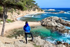 Młody żeński wycieczkowicz patrzeje zadziwiającego krajobraz w «Cala Estreta «plaży, los angeles Costa Brava, Catalonia, Spaon obraz stock