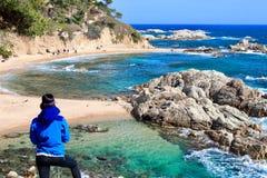 Młody żeński wycieczkowicz patrzeje zadziwiającego krajobraz w «Cala Estreta «plaży, los angeles Costa Brava, Catalonia, Spaon fotografia stock