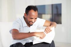 Młody człowiek dostać złego listu uvolnenii zdjęcia stock