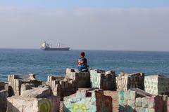 Młody człowiek na plaży zdjęcia royalty free